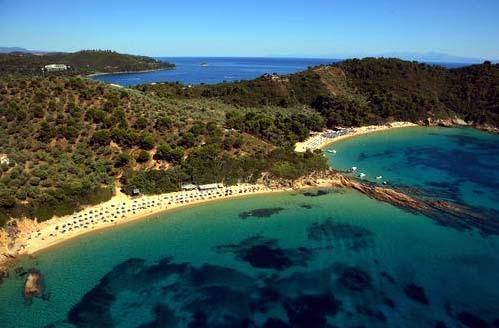 Pikkuinen Skiathos kuulu Sporadien saariryhmään. Metsäinen ja hyvin vehreä saari on passeli rauhallista, aitokreikkalaista lomaa kaipaavalle. Hermoja lepuuttavan seesteinen saari ei ole ainakaan vielä turistien ylikansoittama, joten saaren kokoon nähden omaa rauhaa saa riittävästi.