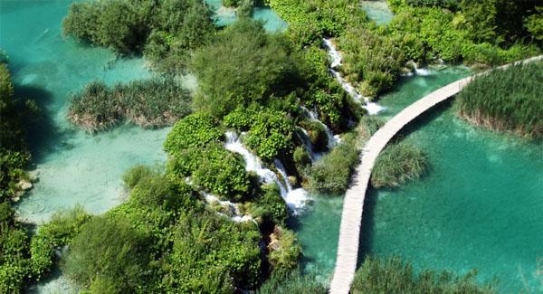 Plitvizen vesiputoukset ja kimaltelevan vihreät järvet.