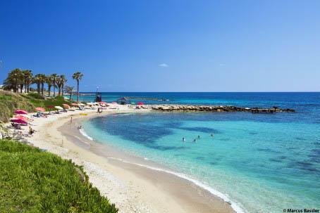 """Kyprokselta löytyy jopa 56 """"sinisen lipun"""" rantaa."""