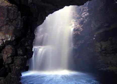 skotlanti-vesiputous-luolassa